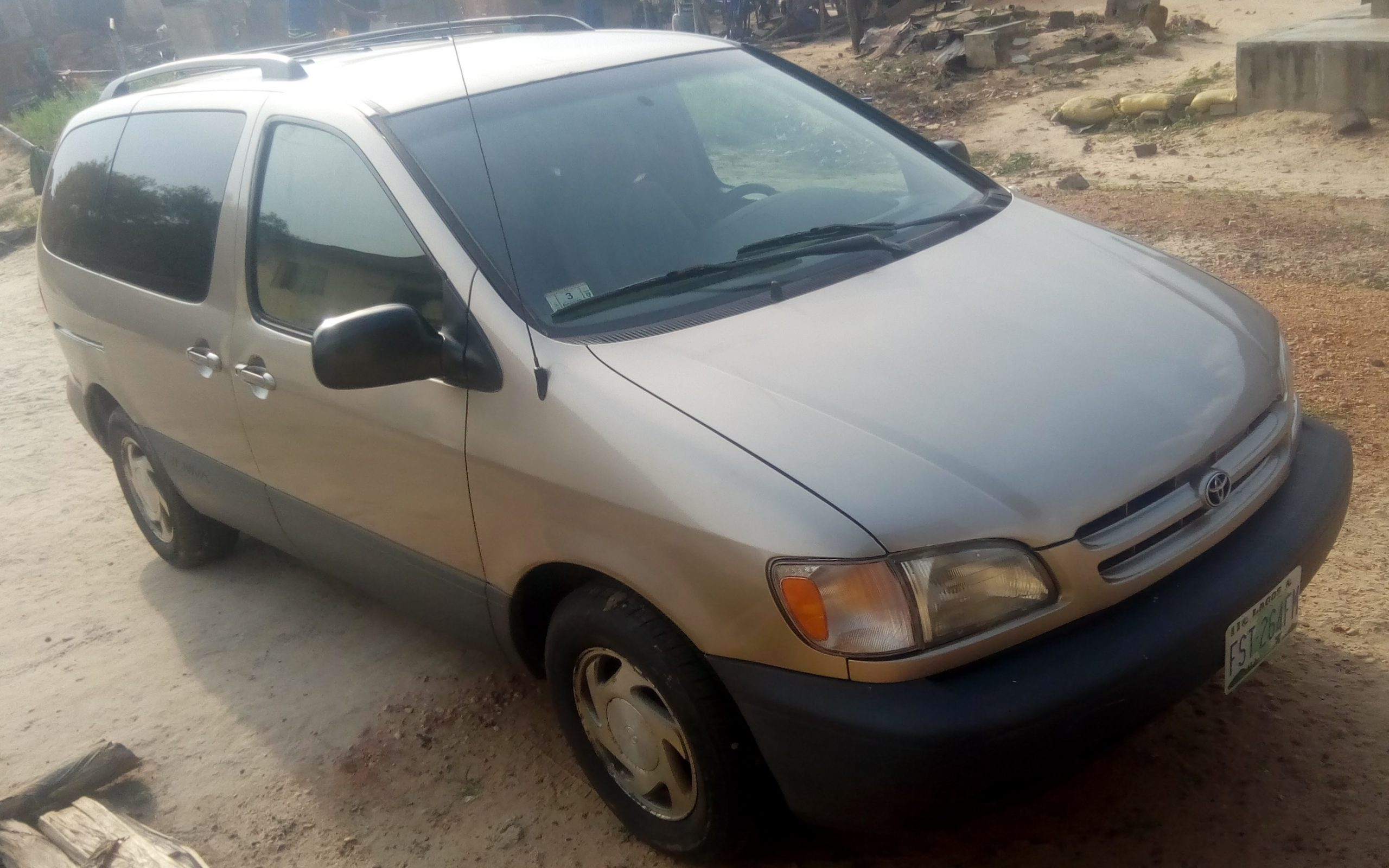 Toyota Sienna Gold 2000 model for sale
