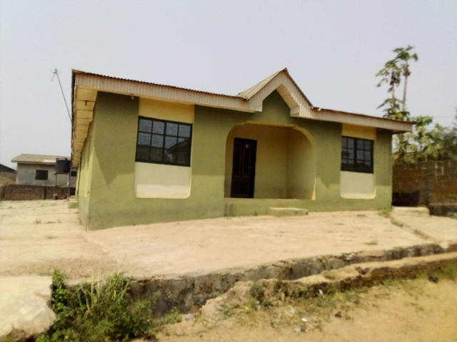 4room and parlor,2 single room with 4 toilet and kitchen and water just buy and park in.